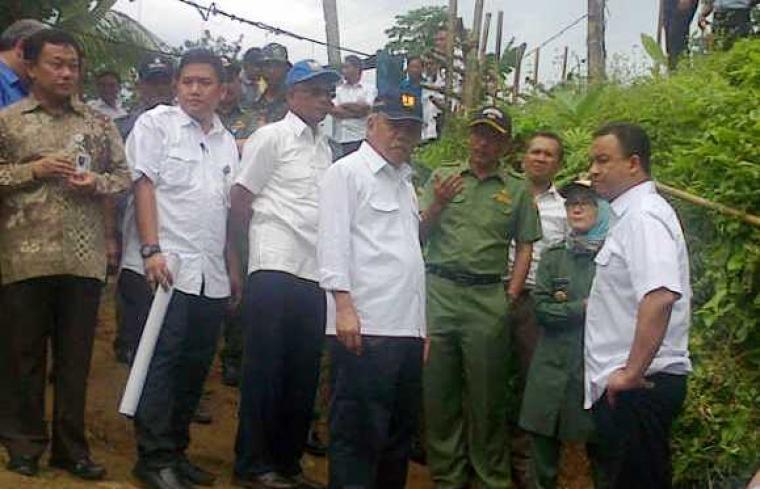 Menteri Pekerjaan Umum dan Perumahan Rakyat, Mochammad Basoeki Hadimoeljono dan Menteri Pendidikan Kebudayaan Anies Baswedan, saat mengunjungi lokasi jembatan putus di Kab.Lebak. (Foto: newsmedia)