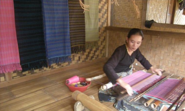 Warga pengrajin tenun baduy saat melakukan proses pembikinan tenun (foto:net)
