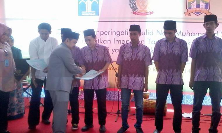 Walikota Serang Tb Chairul Jaman didampingi Kakanwil Kemenkumham Banten Susy Susilawati memberikan ijazah paket B kepada warga binaan di Rutan Klas IIB Serang (Herlina)