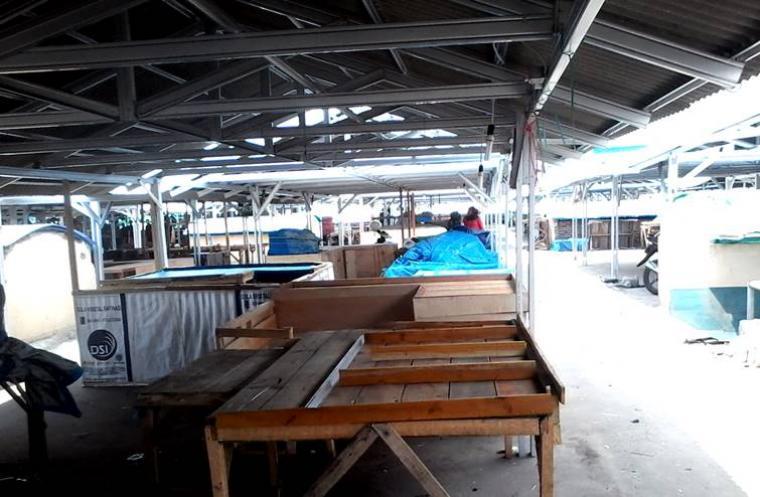 Suasana lapak pedagang kaki lima Pasar Induk Rau masih sepi, tanpa ada kegiatan transaksi