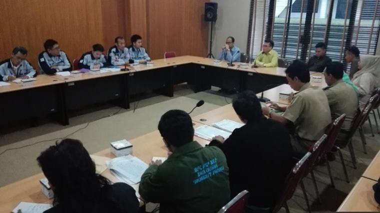Suasana mediasi antara Komisi II DPRD Kota Cilegon, PT. CJ Korea Express dan DPC Federasi Serikat Pekerja Kimia Energi Pertambangan Minyak Gas Bumi dan Umum (FSP KEP)