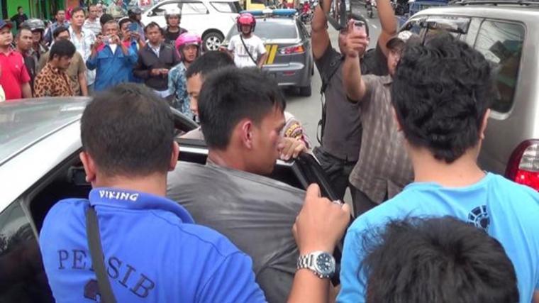 Pelaku saat diamankan petugas Polres Cilegon setelah melakukan aksi pencurian kendaraan bermotor di Lingkungan Ramanuju, Purwakarta, Cilegon (Ardi)