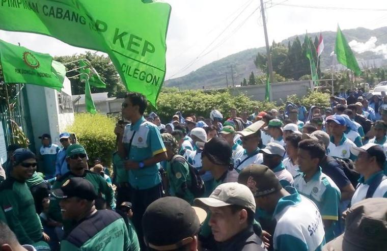 Tak terima tunjangan dihapus, ratusan karyawan PT Dongjin melakukan aksi demo didepan pintu perusahaan (Ardi)