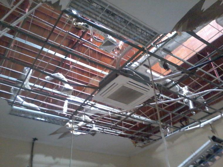Kondisi plafon di BPTPM Kota Serang yang ambruk