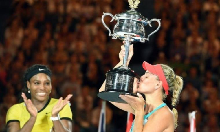 Angelique Kerber angkat tropi usai kalahkan Serena Williams (net)
