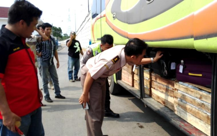 Petugas gabungan dari KSKP Merak bersama petugas Balai Karantina Pertanian Kelas II Ciilegon memeriksa barang bawaan penumpang di Pelabuhan Merak, Banten (Ardi)