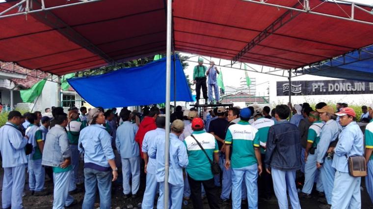 Ratusan Buruh saat melakukan aksi mogok kerja didepan gerbang PT Dongjin Indonesia (Ardi)