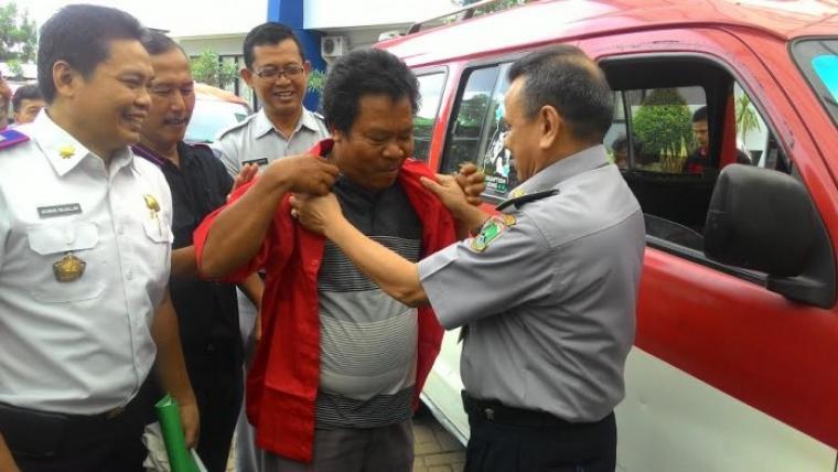 Kadishubkominfo Banten Banten Revri Aroes saat memberikan seragam kepada supir angkot dalam rangka menertibkan trayek Serang-Belaraja dan Serang-Cilegon
