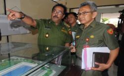 Rendy Restu Pratama Napi Narkoba yang tengah menjalani asimilasi saat menerima bantuan paket sembako dari Dandim Lebak. (Foto: TitikNOL)