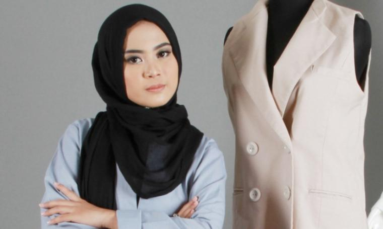 Restu Anggraini tampilkan rancangan busana muslimah ramah lingkungan pada ajang International Fashion Showcase (IFS) di London Fashion Week (LFW) 2016. (Foto:net)
