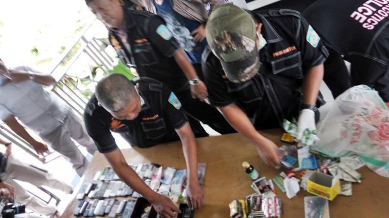 Geledah Lapas Serang, Polisi Temukan Sabu dan 33 Handphone