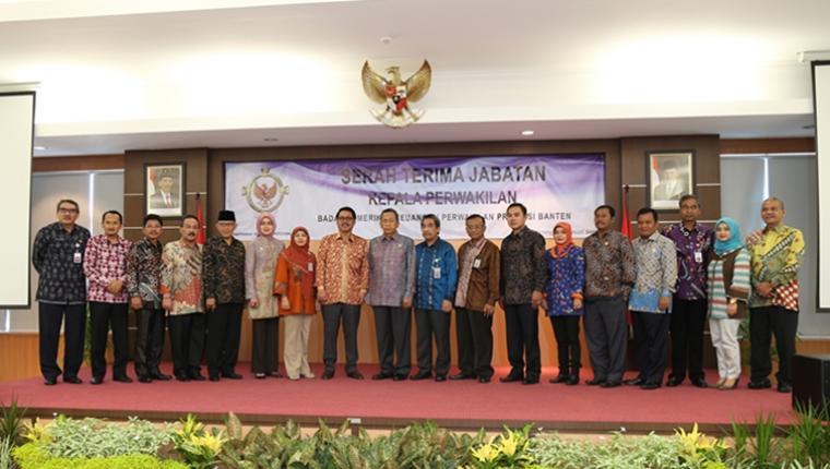 Sekda Banten Ranta Suharta saat foto bersama dengan sejumlah tamu undangan dalam acara pisah sambut Kepala BPK Perwakilan Banten.