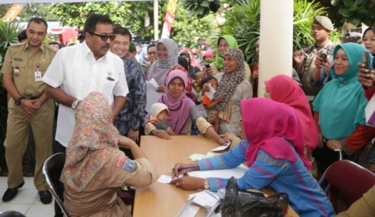 Gubernur Banten Rano Karno didampingi Bupati Tangerang Ahmed Zaki Iskandar saat meninjau pencanangan Kampung Keluarga Berencana (KB) yang dipusatkan di Desa Pagedangan Kecamatan Pagedangan, Kabupaten