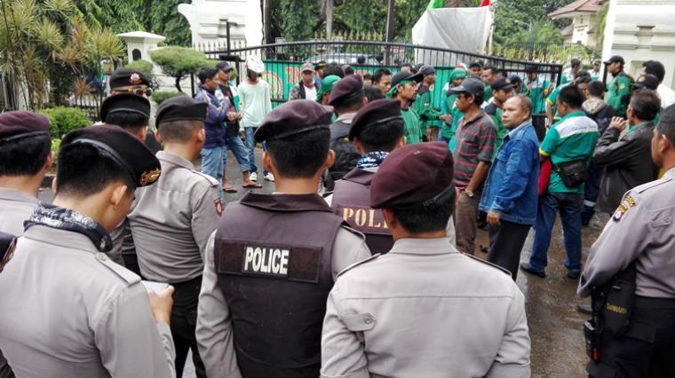 Puluhan karyawan PT Aditya Wahana Nusa (AWN) yang tergabung dalam Federasi Serikat Pekerja Kimia Energi Pertambangan Minyak Gas Bumi dan Umum (FSP KEP) kembali menggelar aksi unjuk rasa di depan kanto