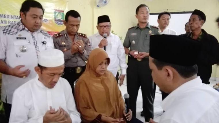 Pasangan suami istri eks Gafatar, Yosep Nugroho dan Tuti Setyowati warga Kelurahan Panggung Rawi, Kecamatan Jombang, Kota Cilegon menyatakan tobat dengan mengucapkan dua kalimat syahadat
