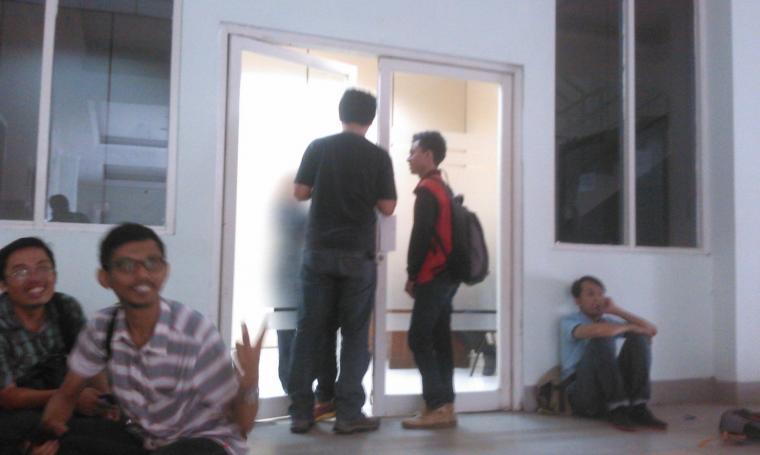 Sejumlah awak media saat menunggu pemeriksaan puluhan anggota Banggar oleh penyidik KPK di Aula DPRD Banten. (Foto:titiknol)