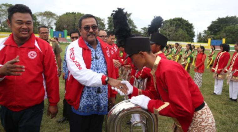 Manager Team Gita Surosowan Banten Haridoyo (kiri) bersama Gubernur Banten Rano Karno usai menyaksikan penampilan Marching Band Gita Surosowan (MBGS) Banten./net