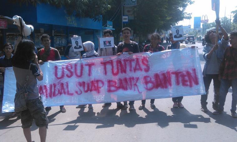 Puluhan Mahasiswa yang tergabung dalam Komunitas Soedirman 30 (KS30) mendesak Komisi Pemberantasan Korupsi untuk mengusut tuntas kasus suap pendirian Bank Banten.