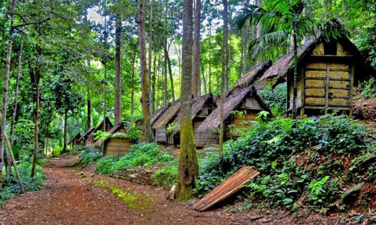 """Suku baduy larang wisatawan memasuki kawasan saat adakan tradisi """"Kawalu""""."""