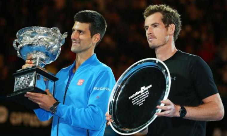 Novak Djokovic dan Andy Murray saat angkat tropi Australia Terbuka 2016 (net)