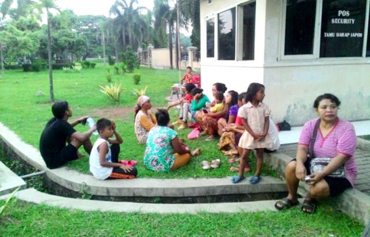 Khawatir Keracunan, Warga Ngungsi ke Gedung DPRD Cilegon