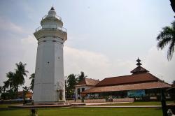 Sejumlah warga Serang, Banten saat menyaksikan proses terjadinya gerhana matahari. (Foto:TitikNOL)
