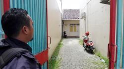 Mala, mantan karyawati pabrik sepatu PT Saedong didampingi orangtuanya mengadu ke Disnaker Lebak. (Foto: TitikNOL)