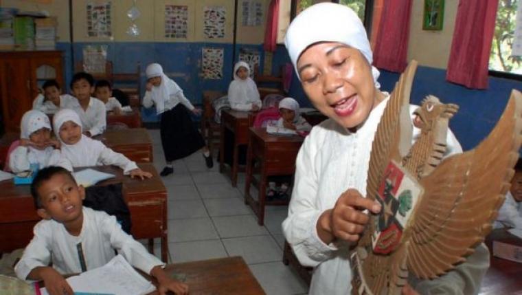 Salah satu guru di Banten, tengah melakukan prosesi belajar-mengajar di sekolah.