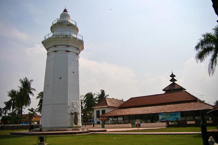 Menara dan Mesjid Agung Banten Lama yang terletak di kawasan situs purbakala Banten Lama.