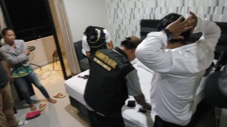 Salah satu oknum polisi K (baju putih) saat dilakukan pemeriksaan oleh petugas BNNP Banten