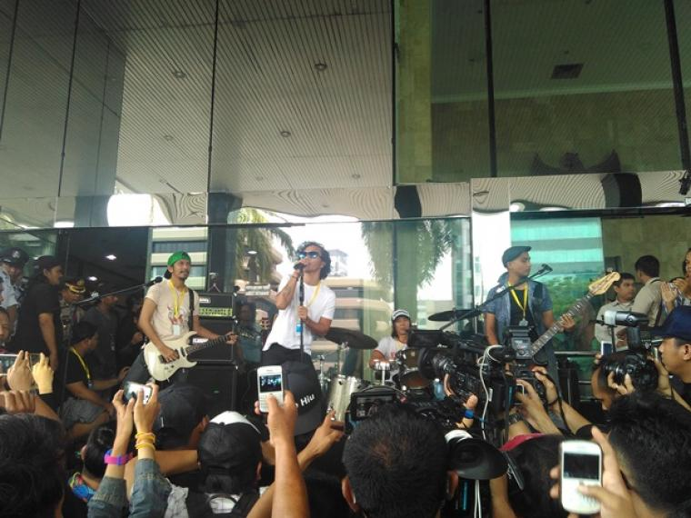 Aksi grup band Slank saat berada di depan gedung KPK