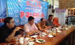 Bakal calon Wali Kota Serang Tanta Soeharta, saat mengembalikan formulir pendaftaran ke DPC Demokrat Kota Serang. (Foto: TitikNOL)