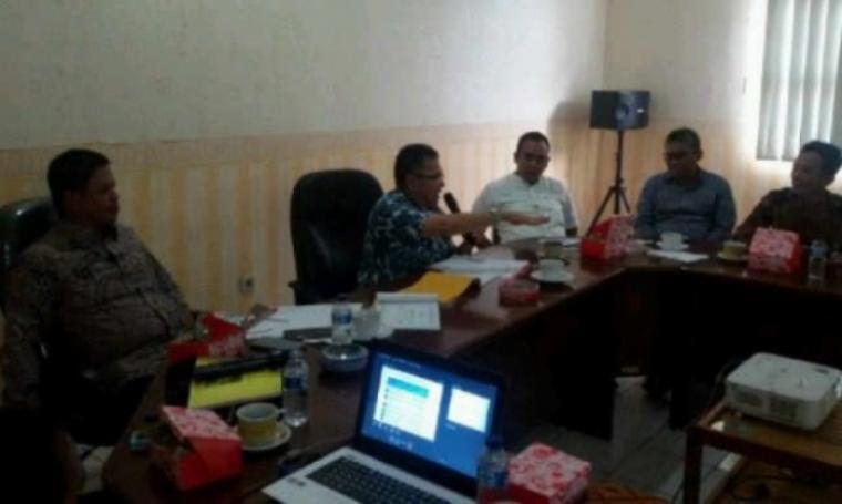 Komisi IV DPRD Provinsi Banten saat melakukan koordinasi di Kantor Balai Pengelolaan Jalan Wilayah Pelayanan I pada Dinas Bina Marga Provinsi Jawa Barat di Cianjur. (Foto:TitikNOL)