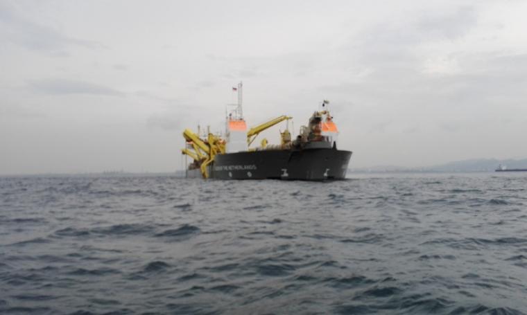 Kapal Queen Of the Netherlands yang di amankan Kesatuan Penjagaan Laut dan Pantai. (Foto:TitikNOL)
