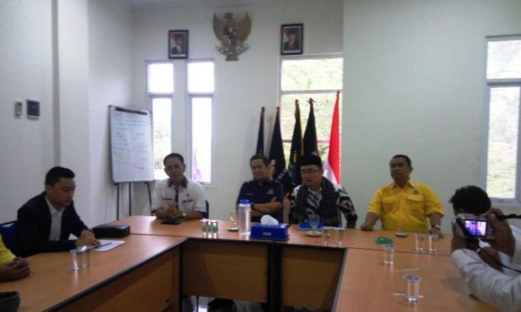 Andika Hazrumy (tengah) bersama simpatisan saat mengembalikan formulir pendaftaran ke Dewan Pimpinan Wilayah (DPW) Partai NasDem. (Foto:TitikNOL)