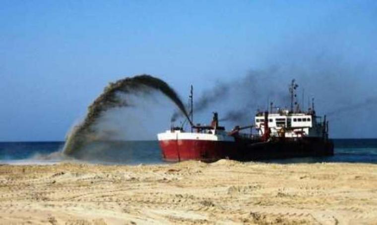 Foto ilustrasi kapal penambang pasir di laut. (Dok:net)