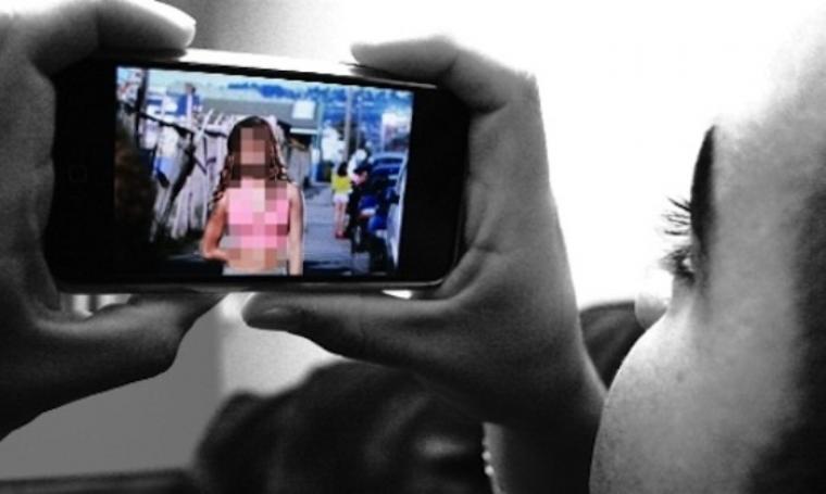 Ilustrasi melihat video porno di smartphone. (Dok:net)