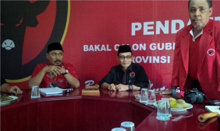 Ketua DPD PDI Perjuangan HM Sukira (tengah) saat melakukan jumpa pers beberapa waktu yang lalu. (Dok:net)