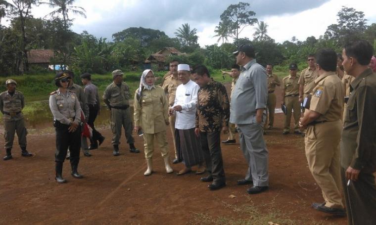 Warga keluhkan pembangunan PT. Mayora dihadapan Bupati Serang dan Ketua DPRD Kabupaten Serang. (Foto:TitikNOL)