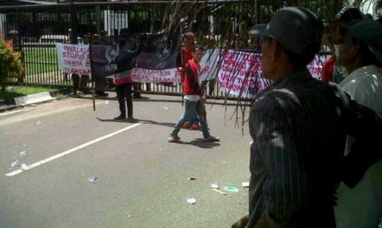 Sejumlah warga dan mahasiswa sedang melakukan aksi unjukrasa di Kawasan Pusat Pemerintahan Provinsi Banten (KP3B), Curug, Kota Serang. (Foto:TitikNOL)
