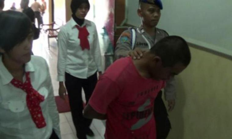 Pelaku pencabulan saat digelandang pihak Satreskrim Polres Cilegon. (Foto:TitikNOL)