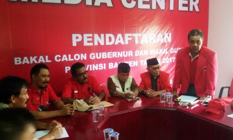 Rano Karno didampingi Ribka Tjiptaning dan pengurus, saat menyerahkan formulir bakal calon gubernur ke DPD PDIP Banten. (Foto:TitikNOL)
