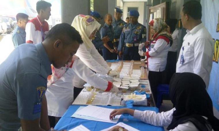 Jajaran anggota Lanal Banten saat di tes urine pihak BNN. (Foto:TitikNOL)