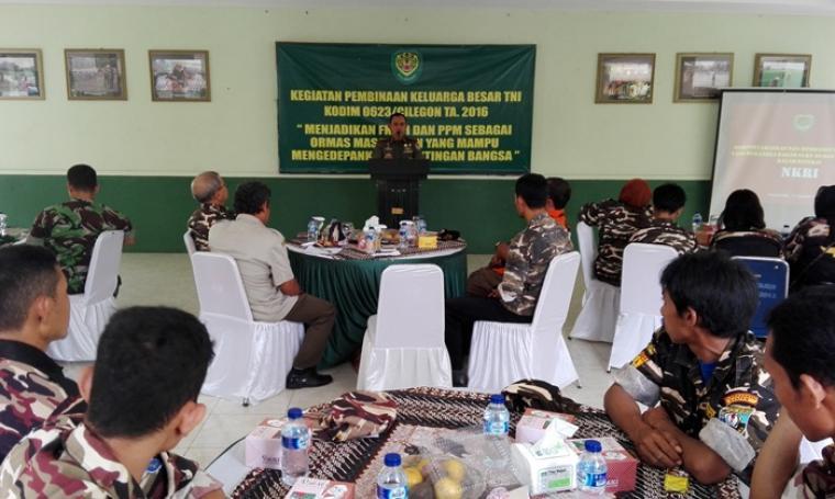 Letkol Inf Aji Mimbarno saat memberikan arahan dihadapan puluhan anggota FKPPI dan PPM. (Foto:TitikNOL)