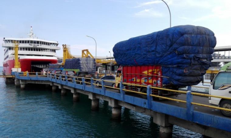 Antrian sejumlah kendaraan saat akan memasuki kapal. (Foto:TitikNOL)