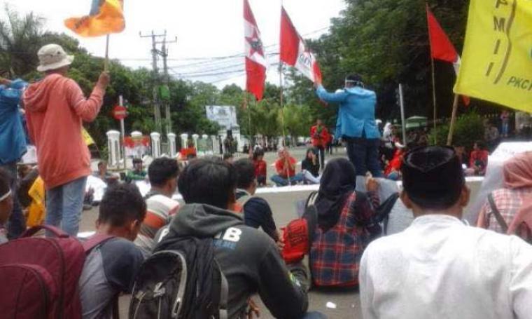 Aksi demo yang berlangsung Rabu (23/3/2016). (Foto:TitikNOL)