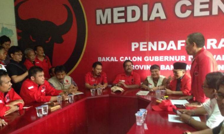 Rano Karno (tengah) saat mengembalikan formulir pendaftaran cagub dan cawagub di DPD PDIP Banten. (Foto:TitikNOL)