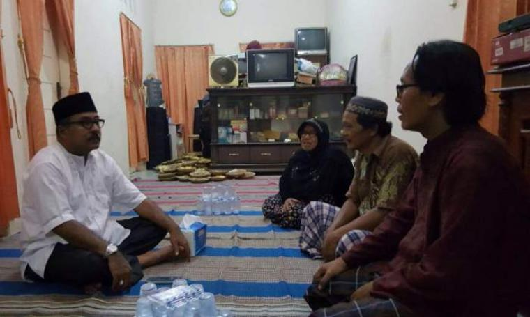 Gubernur Banten, Rano Karno saat di kediaman keluarga almarhumah Metty Haryati usai menghadiri pengajian. (Foto:TitikNOL)