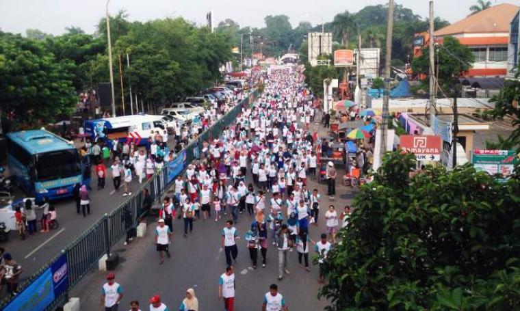 Ribuan warga saat ikuti acara jalan sehat di Kota Serang. (Foto:TitikNOL)