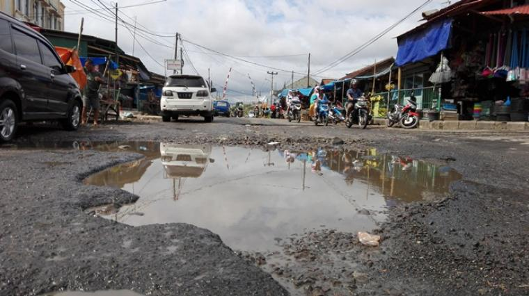 Baru empat bulan diperbaiki, kini Jalan Pagebangan, Kelurahan Jombang Wetan, Kecamatan Jombang, Cilegon kembali alami kerusakan.